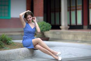 Fotos Asiaten Sitzt Kleid Bein junge frau