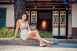 Fotos Asiatische Sitzen Bein Blick junge Frauen