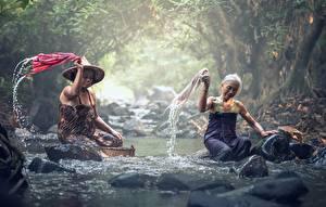 Fotos Asiatisches Stein Bach Nebel Zwei Sitzt Alte Frau Arbeit Natur