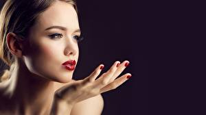 Photo Beautiful Modelling Face Makeup Hands Manicure Black background young woman