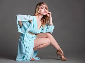 Hintergrundbilder Blondine Kleid Bein High Heels Starren Posiert junge frau