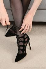 Fotos Großansicht Bein Hand High Heels Strumpfhose junge frau