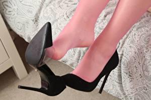 Bilder Großansicht Bein Stöckelschuh Strumpfhose junge frau