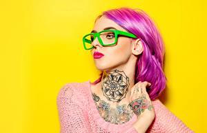 Bureaubladachtergronden Gekleurde achtergrond Roze kleur Make up Bril Tatoeage Kijkt Haar jonge vrouw
