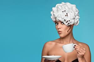 Hintergrundbilder Kreative Kaffee Farbigen hintergrund Starren Hand Becher Frisur Getreide Die Sahne Mädchens