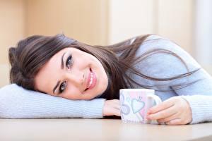 Bilder Süß Lächeln Blick Sweatshirt Becher Make Up Mädchens