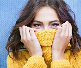 Bilder Augen Braune Haare Hand Sweatshirt Starren junge frau