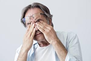 Fotos Augen Alter Mann Brille Hand fatigue