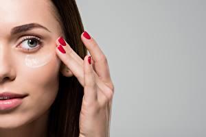 Fotos Finger Model Gesicht Make Up Grauer Hintergrund Maniküre Mädchens