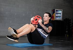 Bureaubladachtergronden Fitness Lichaamsbeweging Benen Schoenzool Hand Tatoeage ABS atletisch Jonge_vrouwen