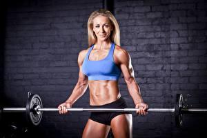 Bilder Fitness Hantelstange Blondine Lächeln Starren sportliches Mädchens