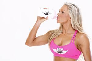 Fotos Fitness Blond Mädchen Flaschen Trinkt Wasser Weißer hintergrund Sport Mädchens