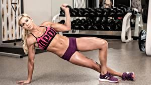 Fotos Fitness Blondine Körperliche Aktivität Posiert Fitnessstudio Bein sportliches Mädchens