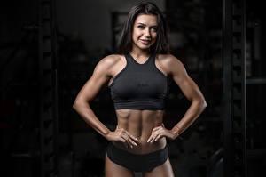 Hintergrundbilder Fitness Brünette Posiert Fitnessstudio Lächeln Starren Hand sportliches Mädchens