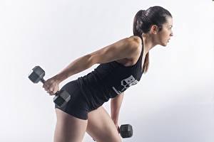 Fotos Fitness Hanteln Posiert Trainieren Grauer Hintergrund Mädchens
