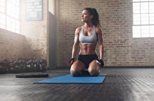Fotos Fitness Fitnessstudio Sitzend Posiert Höschen Unterhemd Handschuh Mädchens