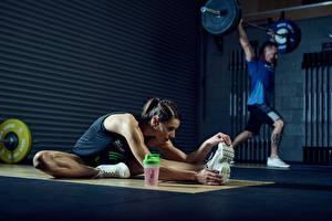 Hintergrundbilder Fitness Mann Fitnessstudio Dehnübung Körperliche Aktivität Schuhsohle Hantelstange Mädchens
