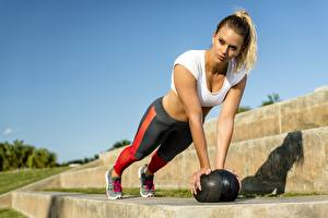 Bilder Fitness Pose Ball Liegestütz Hand Mädchens