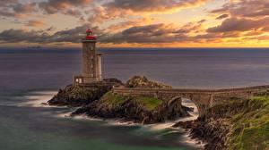 Bilder Frankreich Küste Leuchtturm Brücke Felsen Brittany, Petit Minou Lighthouse Natur