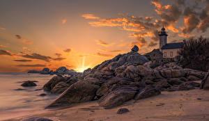 Fotos Frankreich Morgendämmerung und Sonnenuntergang Leuchtturm Küste Stein Felsen Lighthouse of Pontusval Natur