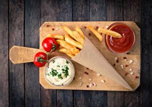 Hintergrundbilder Pommes frites Tomaten Ketchup Schneidebrett Tüte Von oben rosemary