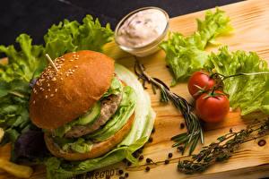 Bilder Burger Tomaten Gemüse Saure Sahne Schneidebrett Lebensmittel