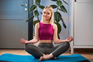 Fotos Joga Blondine Posiert Sitzend Starren Hand Isabella Star Mädchens