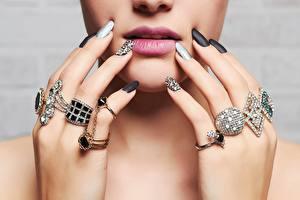 Fotos Lippe Finger Schmuck Brillant Gesicht Maniküre Schmuck Ring junge frau