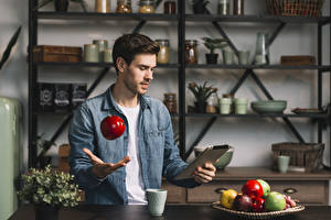 Fotos Mann Tablet-PC Obst Äpfel Hand