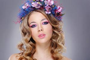 Bakgrundsbilder på skrivbordet Fotomodell Vacker Makeup Håret Krans Ser Frisyrer Unga_kvinnor
