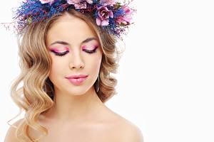 Bilder Model Hübsch Schminke Haar Kranz Weißer hintergrund junge frau