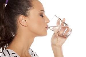 Desktop hintergrundbilder Model Trinkglas Trinkt Wasser Weißer hintergrund junge frau