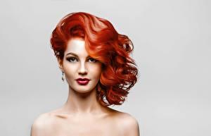 Fotos Model Rotschopf Schöne Schminke Starren Frisuren Grauer Hintergrund