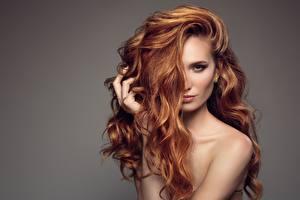Hintergrundbilder Model Rotschopf Haar Blick Grauer Hintergrund Frisur Mädchens