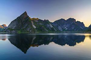 Фотография Норвегия Гора Вода Скала Отражается Reinefjorden, Sakrisøy, Moskenesøya Природа