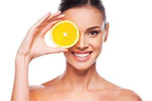 Fotos Orange Frucht Model Lächeln Schminke Weißer hintergrund Hand Mädchens