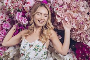 Hintergrundbilder Orchidee Blondine Lächeln Hand junge frau
