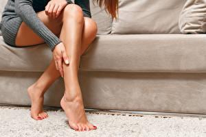 Fotos Sofa Sitzt Schöne Bein Fußpflege Mädchens