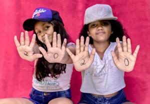 Hintergrundbilder Zwei Brünette Baseballmütze Hand Bokeh 2020 Kleine Mädchen Starren kind
