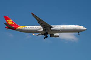 Fotos & Bilder Airbus Flugzeuge Verkehrsflugzeug Seitlich Capital Airlines, A330-300 Luftfahrt