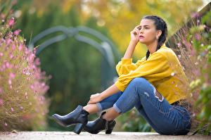 Bilder Sitzend Jeans Sweatshirt Zopf Bein Bokeh Alison junge Frauen