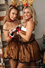 Fotos & Bilder Amy Green Lauren Louise Zwei Blond Mädchen Dunkelbraun Blick Lächeln Uniform Mädchens