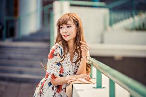 Desktop hintergrundbilder Asiatische Bokeh Posiert Kleid Starren Braunhaarige Mädchens