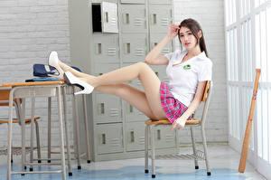 Bilder Asiatisches Stuhl Sitzen Stöckelschuh Bein Bluse Starren Hübsche Mädchens