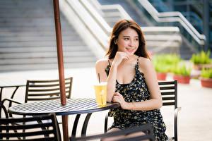 Fotos Asiatische Süß Lächeln Kleid Tisch Mädchens