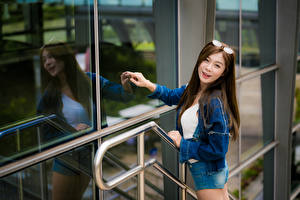 Fotos Asiatische Brille Shorts Jacke Lächeln Glas Spiegelt Blick junge frau