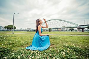 Bakgrunnsbilder Asiatisk Gress Posere Kjole Hender Unge_kvinner