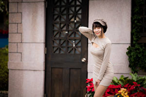 Fotos Asiaten Posiert Kleid Baseballmütze Lächeln Starren Unscharfer Hintergrund junge frau