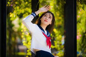 Fondos de escritorio Asiático Posando Mano Blusa Corbata Colegialas Fondo borroso mujeres jóvenes