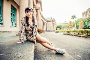 Bilder Asiaten Sitzt Bein Kleid Baseballkappe Starren Mädchens